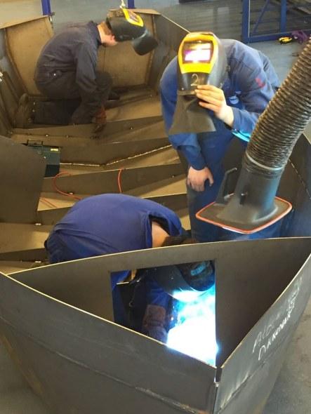 Derdejaars SMO-leerlingen maken een boot als eindopdracht