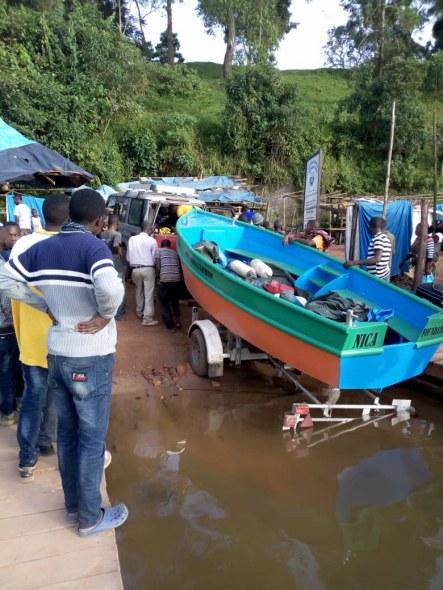 Door SMO-leerlingen gemaakte boot vaart in Uganda